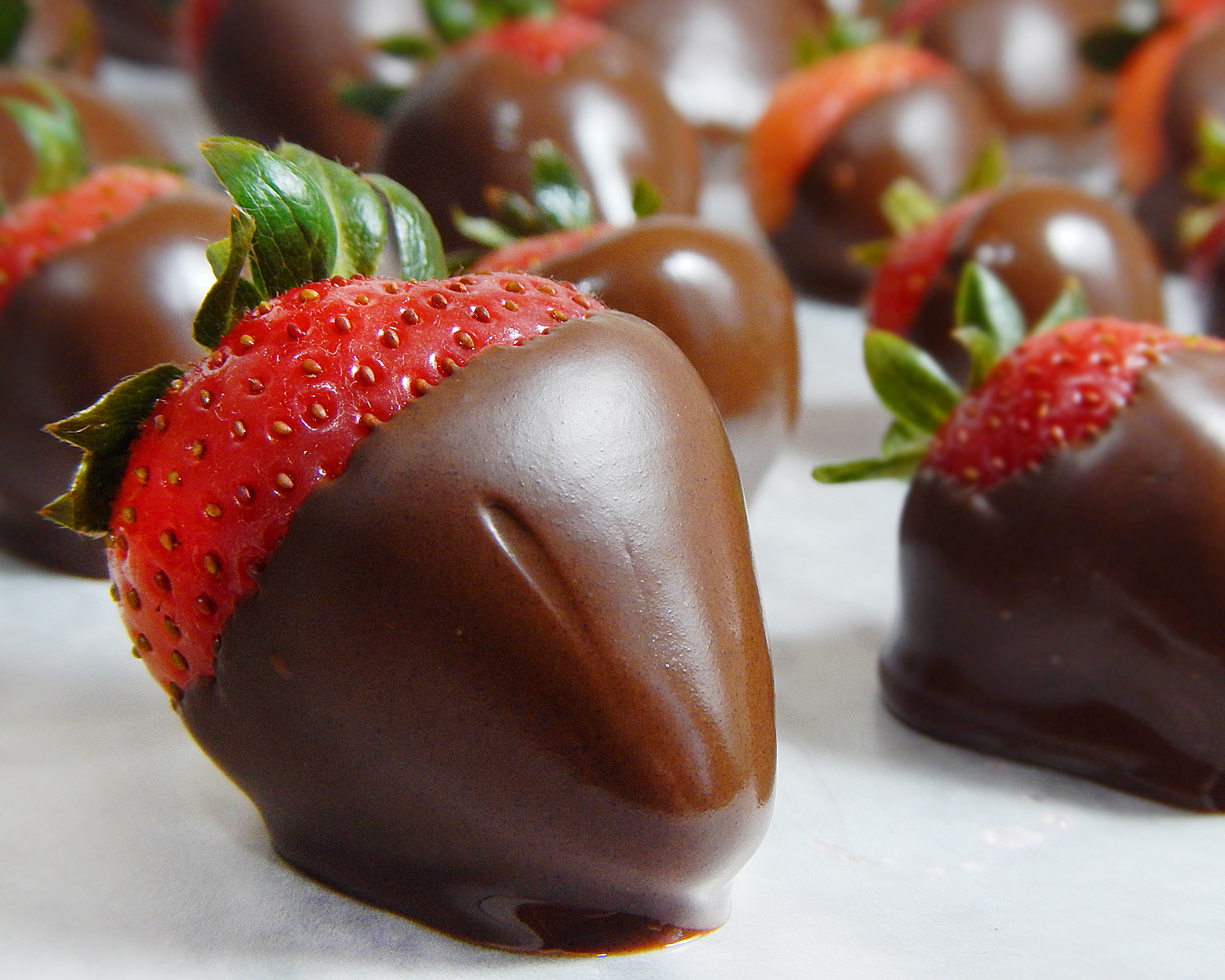 Chocolate Covered Champagne Strawberries | Frosting and a Smile